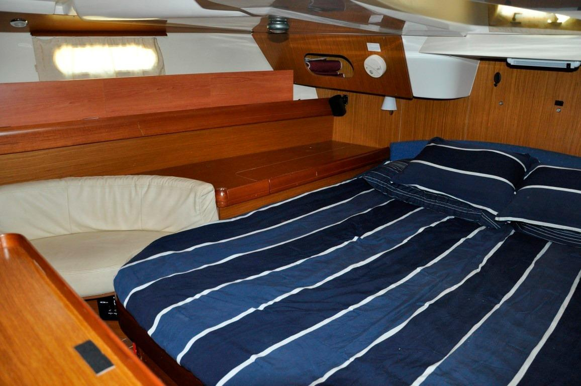 42' Jeanneau DS42+Aft Head with Shower