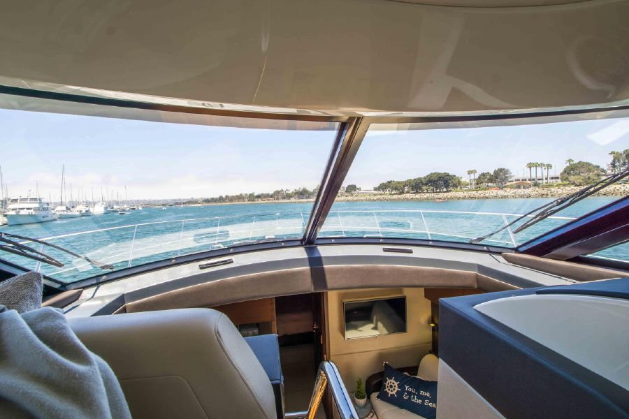 Sea Ray 470 Sundancer Helm View