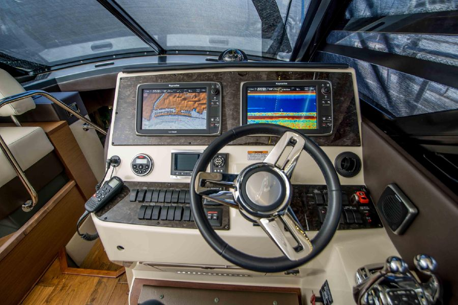 Sea Ray 470 Sundancer Helm