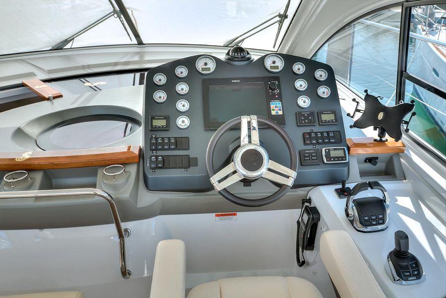 Beneteau Powerboats GT44 Helm Controls