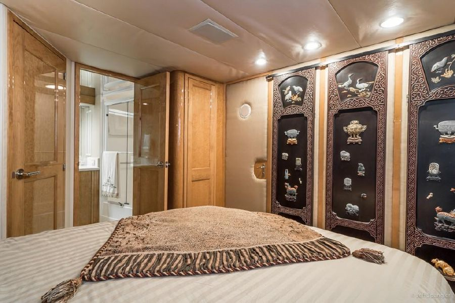 Hatteras 70 Yacht Guest Stateroom
