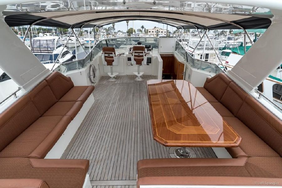 Hatteras 70 Motoryacht Flybridge seating