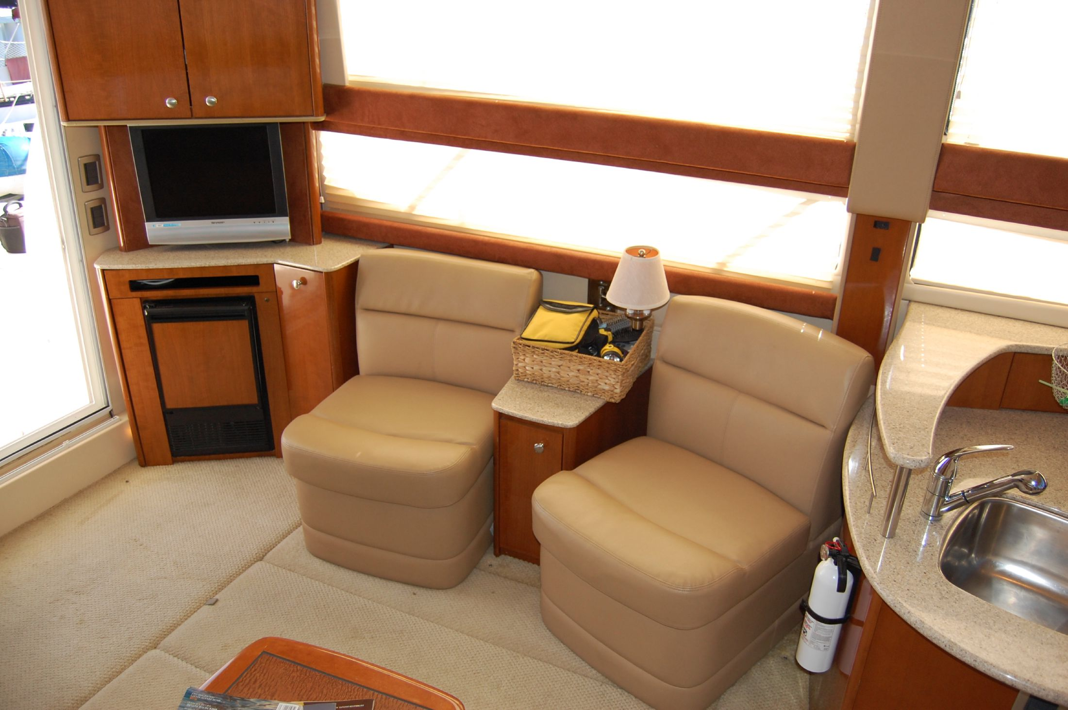 39' Meridian SEDAN CRUISER 391+TV and seating in salon