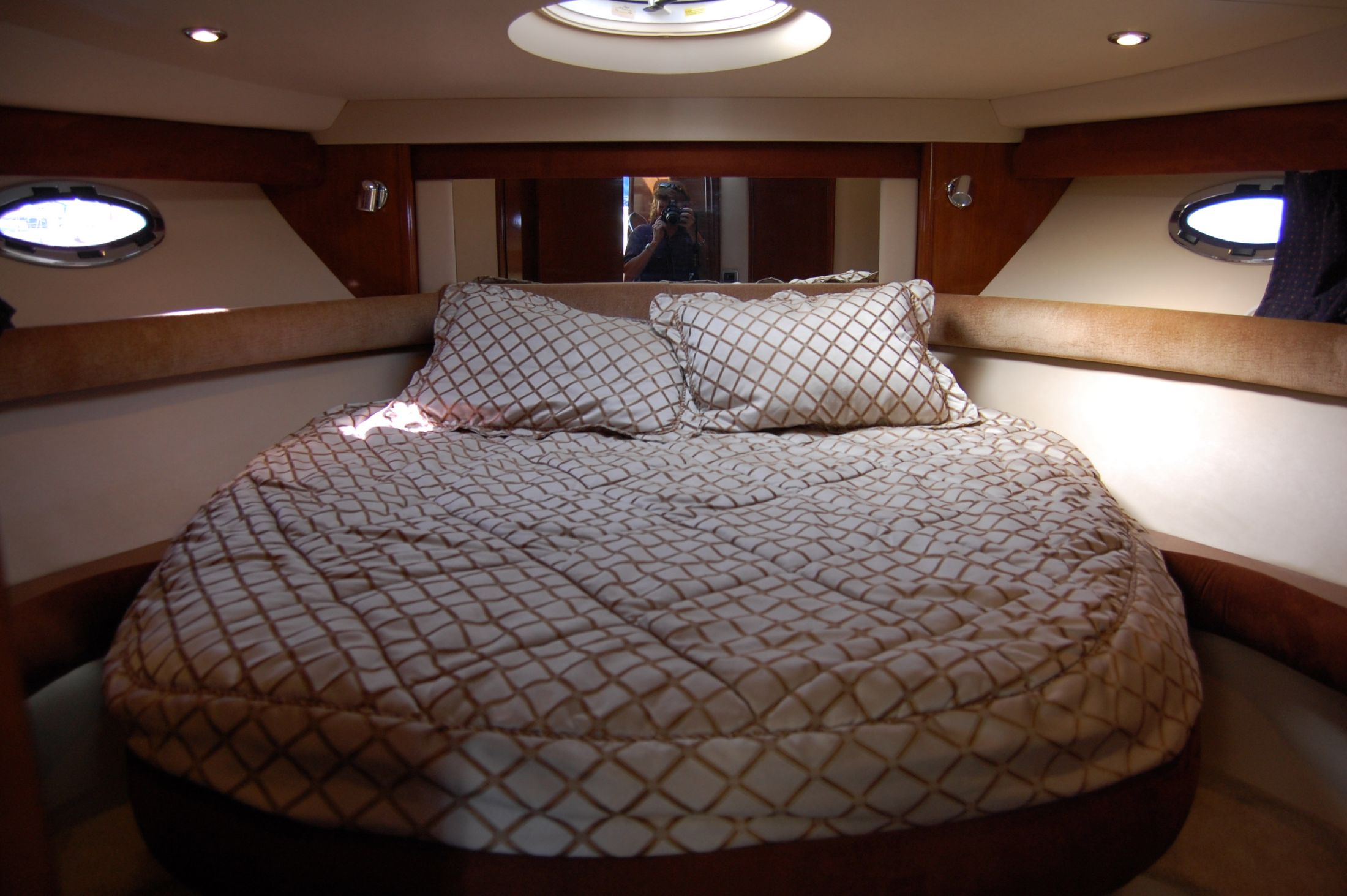 39' Meridian SEDAN CRUISER 391+Centerline queen in master cabin