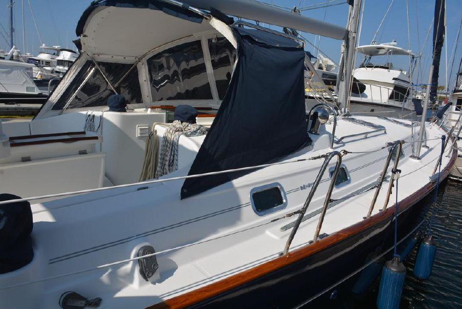Beneteau 411 Sailboat Topsides