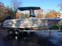 2010 Boston Whaler 220 Outrage with Trailer