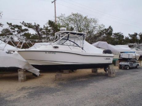 2010 Boston Whaler 235 Conquest