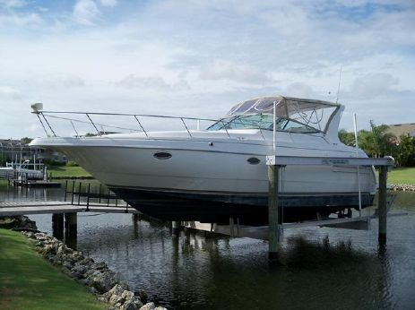 1998 Cruisers Yachts 3575 Express