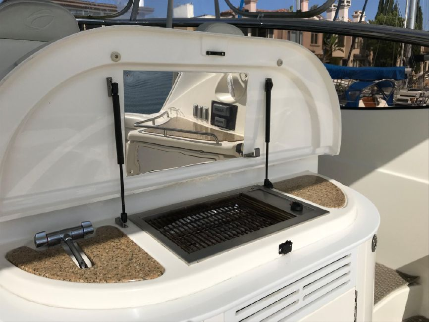 Cruisers Yachts 5470 Express Cockpit Grill